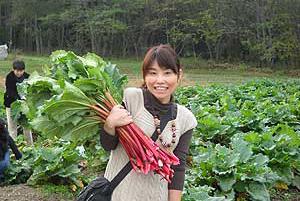 赤いルバーブの収穫体験ツアーが開催されました。