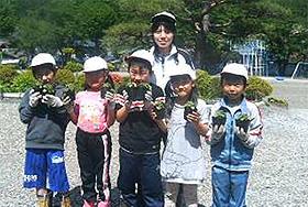 5/25 落合小学校2年生が食用ほおずきの定植をしました。
